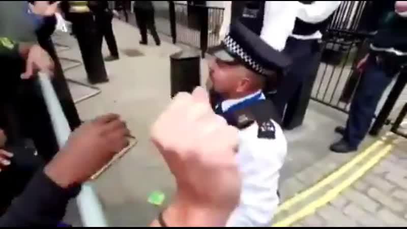 Полицейский в Лондоне тоже совершает коленопреклонение перед неграми (3 июня 2020)