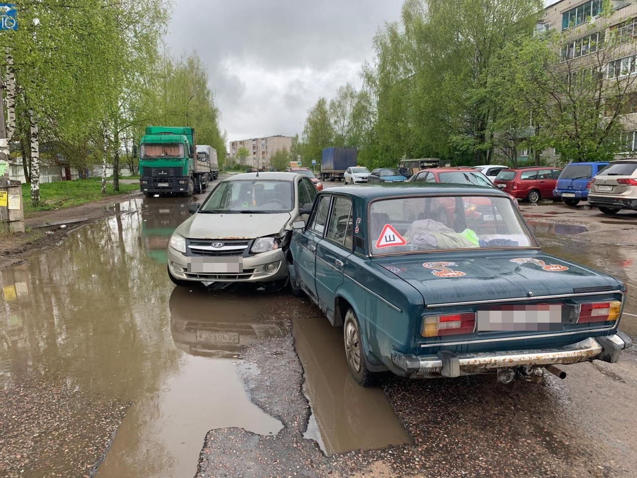 На улице Кропоткина в Кимрах водитель ВАЗа выехал на встречку и спровоцировал ДТП
