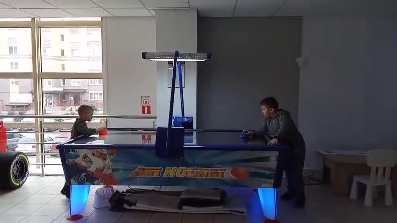 Игра в аэрохоккей с другом