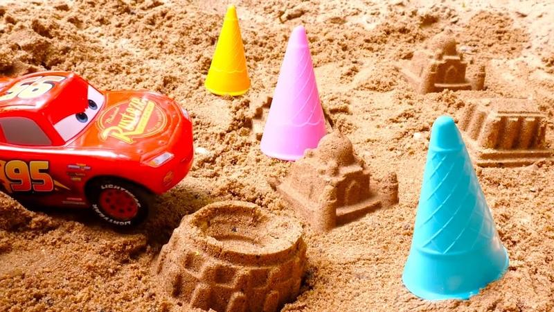 Rayo McQueen construye una ciudad de arena Coches de juguete Vídeos para niños