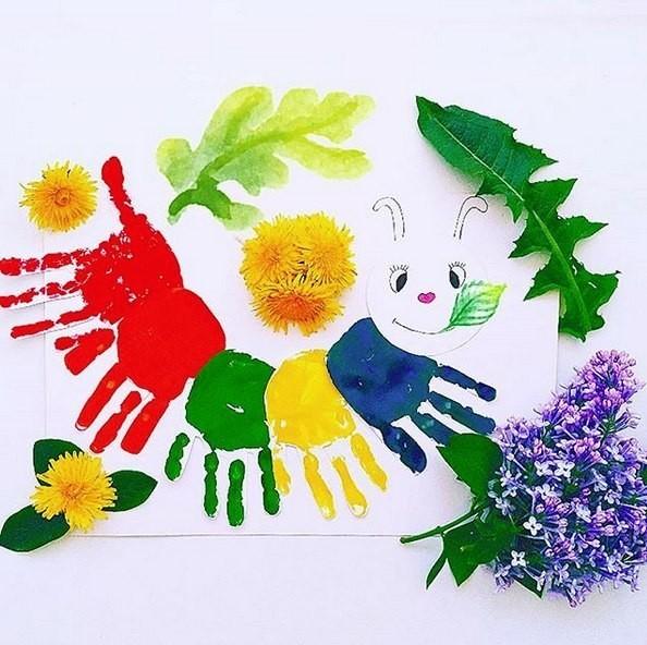 Наверное, почти все детки любят рисовать ладошками Вот такую гусеничку мы сделали из отпечатков детских ладошек Очень памятная получается поделка. Для такой поделочки вам понадобятся - белая