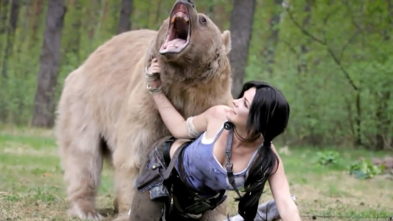BEAUTIFUL GIRL POSES WITH A BEAR FOR LARA CROFT COSPLAY