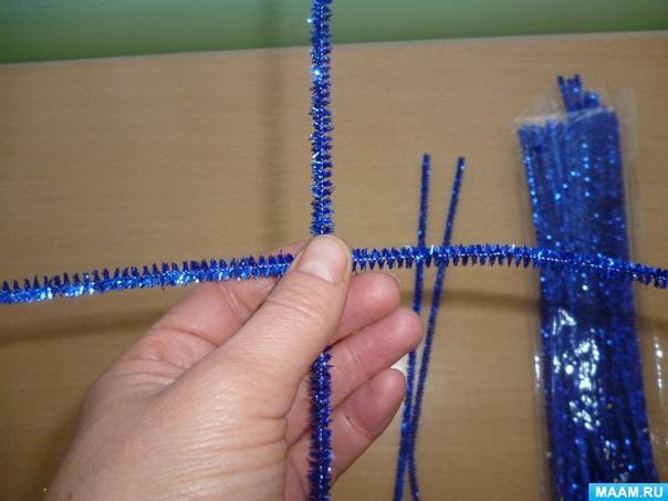 Снежинки из синельной проволоки Для работы нам понадобятся ножницы и мишура. Автор: Анжелика Пантелеева