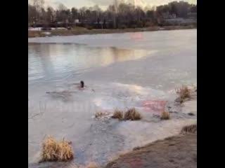 В Мытищах мать троих детей, педиатр и детский гастроэнтеролог Алина вытащила из-под льда собаку