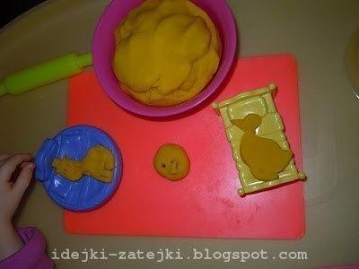 Предлагаю рецепт желейного теста для лепки по типу Play-Doh, который мы используем вместо покупного Рецепт:1) 1 ст белой муки высшего сорта2) 1/2 ст екстра соли3) 1 пакетик желе4) 1/2 ст воды5)