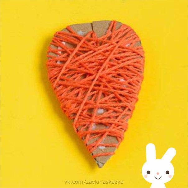 МОРКОВКА ИЗ НИТОК Поделка для маленькихНа гряде расселась ловкоДлиннохвостая морковка.Спряталась не отыскать,Только хвостики видать!Ты за хвост её возьми,Посильнее потяни Из земли