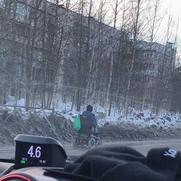 Инвалид в коляске не смог преодолеть сугробы и заставил чиновников работать Власти Ноябрьска (Ямало-Ненецкий автономный округ) распорядились расчистить городские дороги от снега после того, как