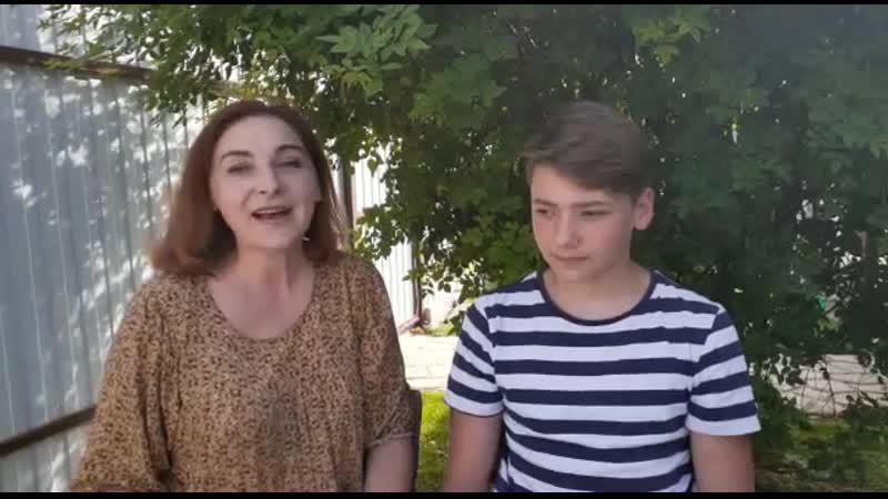 Литературный микрофон Чтение дело семейное Библиотекарь Елена Шкондина с сыном Иваном