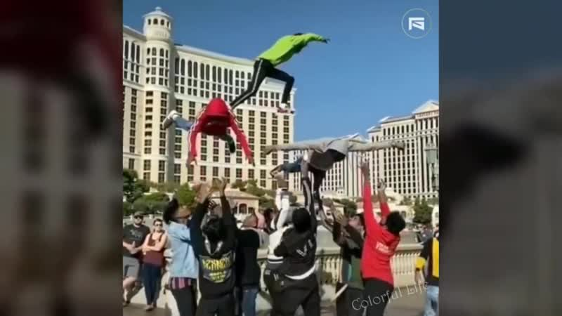 крутое видео на котором парень совершает безумный трюк пробегая в воздухе по летящим друзьям и делает сальто, потрясающее шоу
