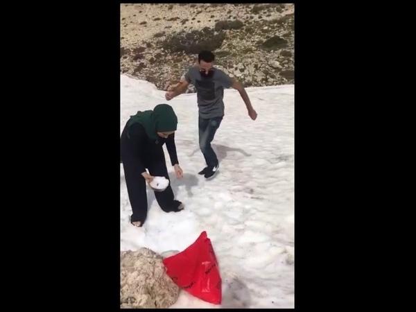 Маленькая девочка бежала по глубокому снегу