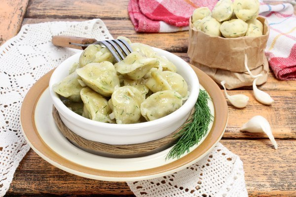 Фото: Домашние пельмени из теста с зеленью.<br><br>Пельмени домашнего приготовления требуют значительных затрат времени — но блюдо стоит того. Если постарат