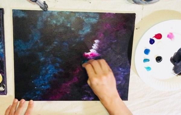 Рисуем галактику Краски акриловые, используют разного типа спонжики-кусочки мочалки, зубную щетку
