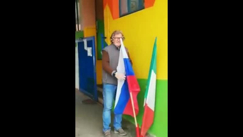 En Italie de partout sont retirés les drapeaux européens au profit des drapeaux nationaux russes