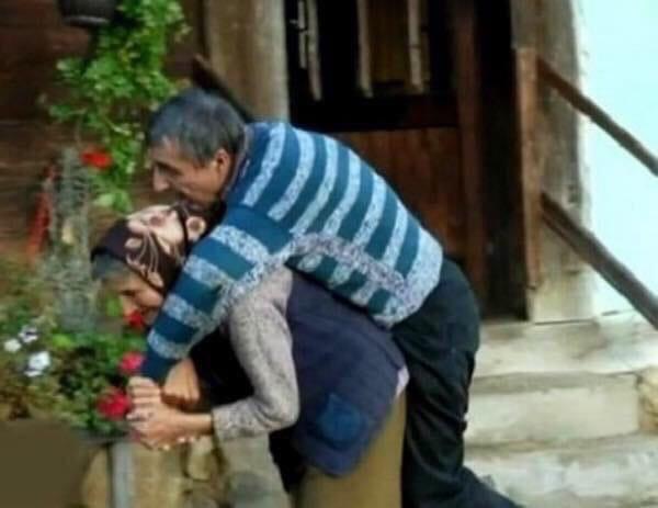 В Сербии пенсионерка 59 лет носит на руках своего парализованного сына Ей предлагали инвалидную коляску, но женщина отказалась, ответив, что справляется сама.Кроме этого, старушка делает всё по
