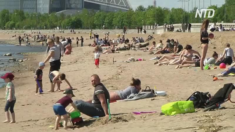 Без масок и дистанцирования петербуржцев солнце выманило на пляжи