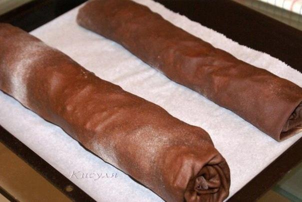Шоколадный штрудель к новогодему столу Продукты: мука 220 г какао-порошок 40 г вода 110 мл соль яйцо 1 шт. масло сливочное 120 г яблоки или груши 3,3 шт. сахар коричневый 100-150 г миндальные