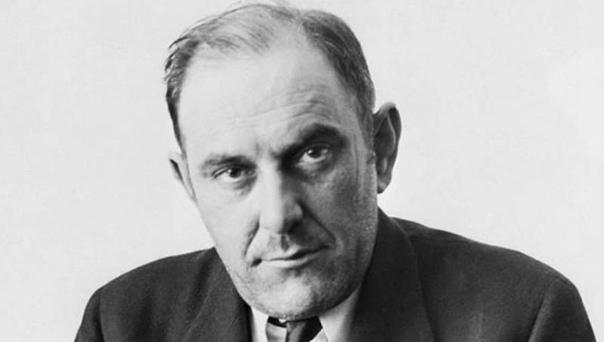 Виктор Люстиг родился в приличной семье 4 января 1890 года, в Гостинне, что в Богемии. Сейчас это Чехия. Мама, папа, вполне обеспеченная буржуазная семья, так что мальчик с детства хорошо кушал