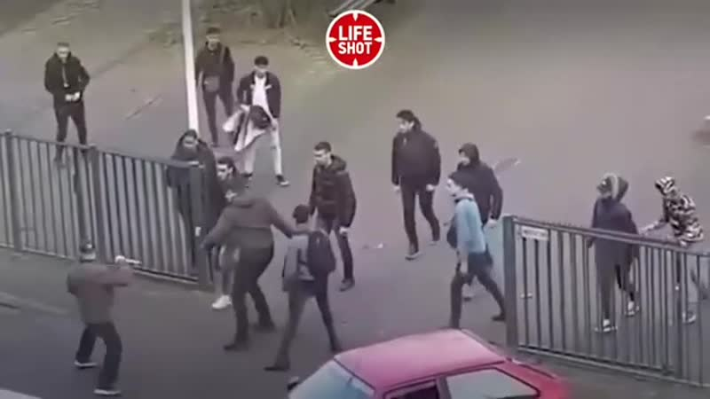 Мужчина с ножами ворвался в колледж в Нидерландах Но ученики не растерялись и отпинали нападавшего Обошлось без жертв мужика