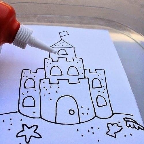 ЛЕТНИЕ ПОДЕЛКИ Аппликация из песка Песочный замок. Для выполнения аппликации из песка вам понадобятся следующие материалы: сухой песок (если вы боитесь, что песок грязный, его можно просеять и