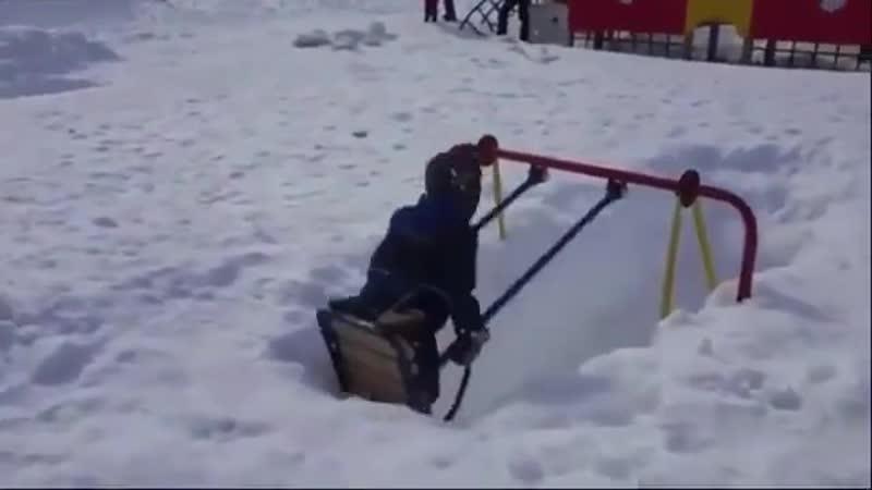 Качели в снегу