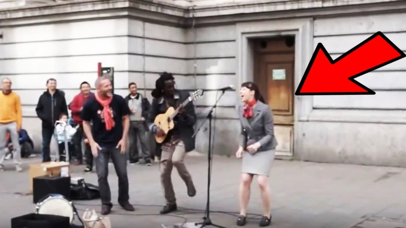 Straßenmusiker holt Frau aus Publikum ans Mikrofon Was folgt ist wunderbar ©Lampa Faly