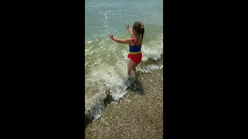 Дитина радуется волнам