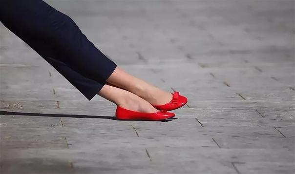Выходные туфли Первый муж у нее красивый был. Только роста маленького. Она и сама невысокая, а он ей по плечо. Изящный, как барышня, усики носил смешные, перышками. Одевался с иголочки