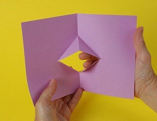 ОТКРЫТКА-ЛЯГУШКА Дети любят получать смешные открытки, предложите им самим сделать одну из таких: открытку поп-ап, с квакающей лягушкой внутри. Понадобится: картон цветная бумага клей Картон