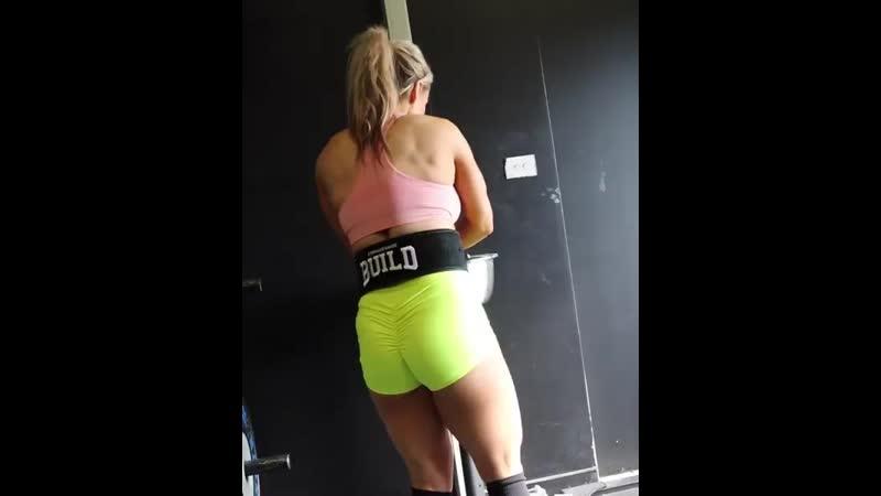 Стефани Санзо тянет 130 кг на 5 раз
