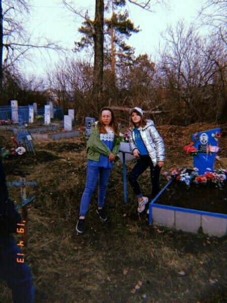 Две школьницы решили устроить себе фотосессию на фоне могил и крестов. Случай произошел в Башкирском селе Месягутово. Кира Исмагилова и Ариша Перина пришли на местное кладбище, чтобы сделать