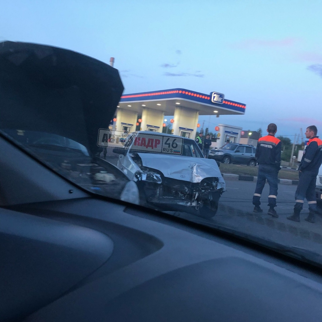 В Курске Приора и ВАЗ не поделили дорогу. Пострадал водитель ВАЗа