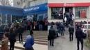 Битва за 42 500 тенге. В городах Казахстана люди штурмуют банки и почты БАСЕ