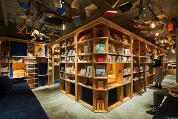 Уютный книжный гестхаус Book and Bed Tokyo в Японии