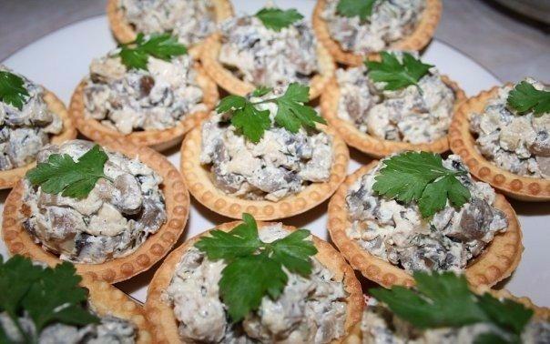 На Новогодний стол Топ-10 Вкуснейшие начинки для тарталеток! 1. Творожный сыр с зеленью На 100 г творожного сыра (Фета, Альметте) 1 зубочек чеснока (через чеснокодавку), половина стакана