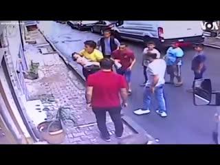 В Стамбуле подросток поймал выпавшую из окна двухлетнюю девочку.