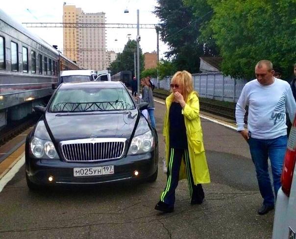 Теперь понятно, почему Алла Пугачева на авто к поезду приехала. Мы уже писали, что за ней охотится маньяк (преданный поклонник), который хочет ее изнасиловать.Как вы думаете, тогда