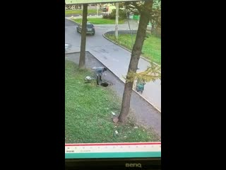 24:10:2019 Санкт-Петербург Ребенок упал в Люк мать швырнула люк как бумагу