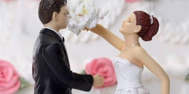 Расскажу я вам свою историю замужества. Однажды ко мне на улице подошёл совершенно незнакомый парень и предложил выйти за него замуж. Я была в плохом настроении, злая, и с дуру ляпнула: А