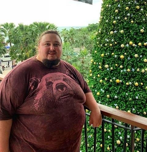 Вернемся к мировым новостям. Сын Никоса Сафронова Лука выступает за бодипозитив. Его вес составляет 242 кг и худеть он не собирается. Недавно он застрял в туалете самолета.Все таки ему нужно