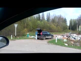 Недобросовестные дачники выбрасывают мусор на трассе