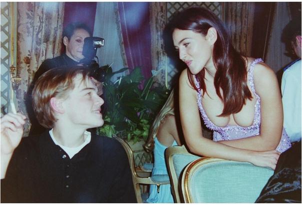 Леонардо ДиКаприо и Моника Беллуччи на вечеринке Versace в Париже (1995 год)