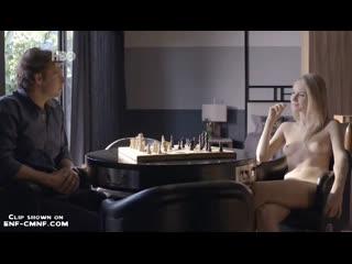CMNF-отрывок из бразильского телесериала  одетый мужчина играет в шахматы с голой женщиной