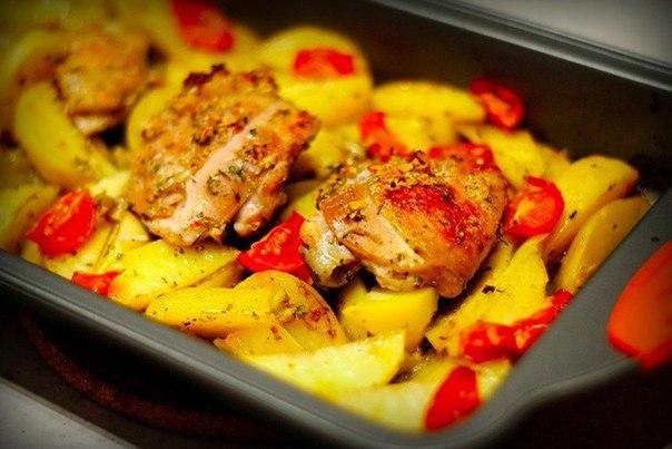 Курица, маринованная в кефире, запечённая с картофелем с травами и чесноком Время приготовления: 50 минутВремя маринования: 2025 минутКоличество: 4 порцииЧто нужно: Кефир 500 гКуриное бедро 4
