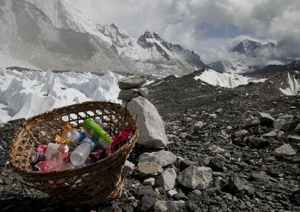 В минувшие выходные на склоне Эвереста (со стороны Китая) началась масштабная кампания по уборке мусора, оставленного прошлогодними многочисленными альпинистскими экспедициями.