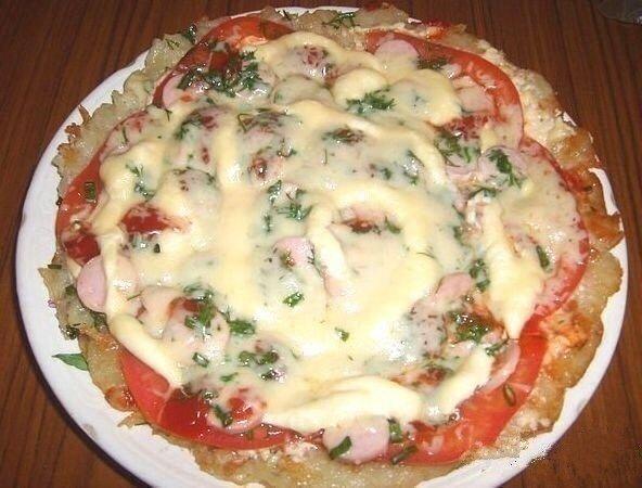 Сытная Картофельная пицца Нужно:4 больших картофелины2 помидора100-150 г колбасы или сосисок или куриного мясамайонез2 ст.л. мукисоль перец по вкусу, зеленьсыр 50-100 гр.Готовим:1. Картофель