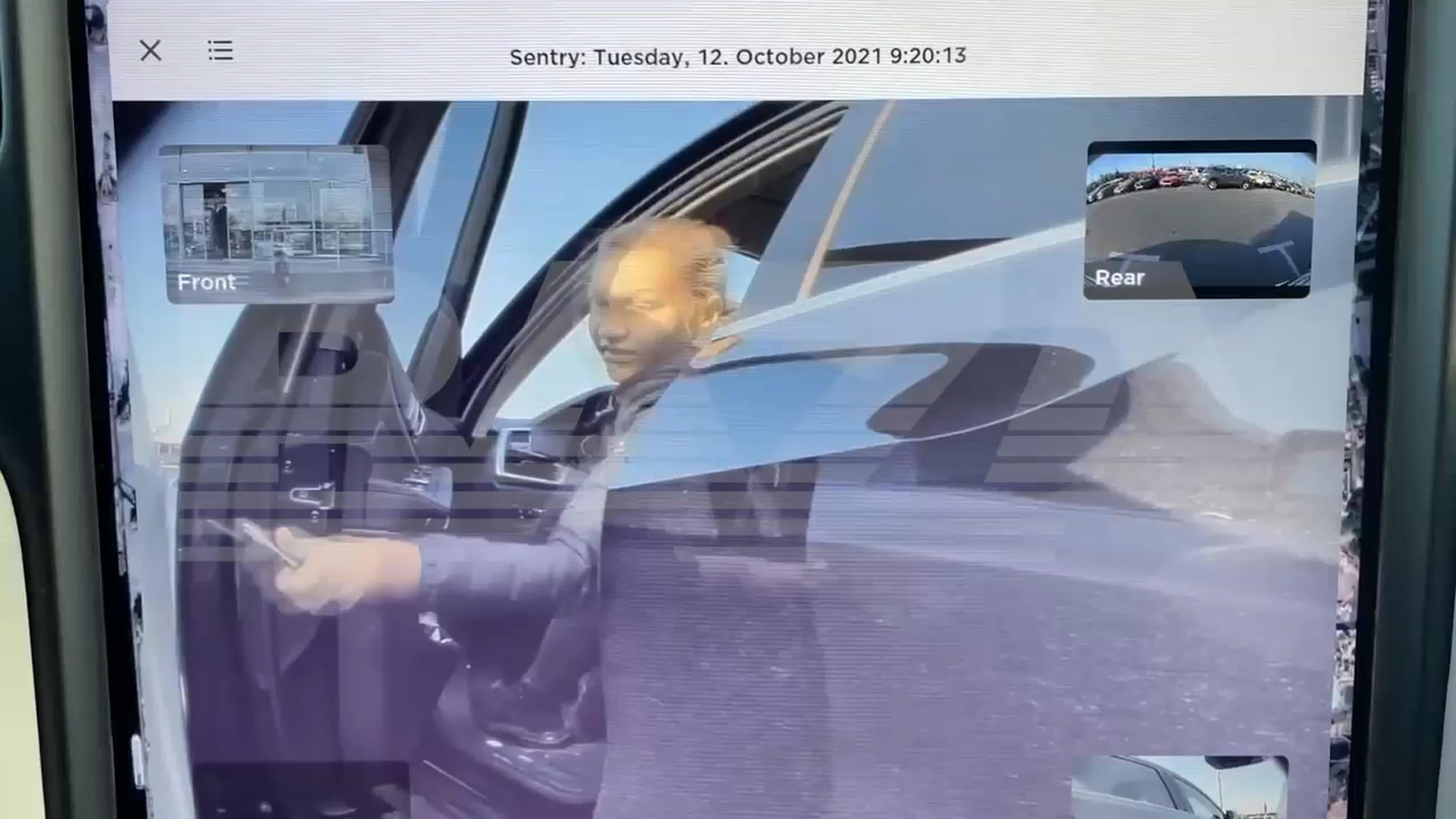Владелица BMW против «Теслы» – в Москве женщина оцарапала ключом автомобиль, потому что ей не понравилось, как он был припаркован.