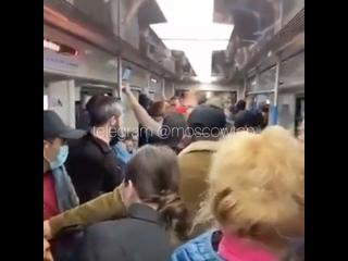 Новый конфликт в московском метро: несколько мужчин стали...