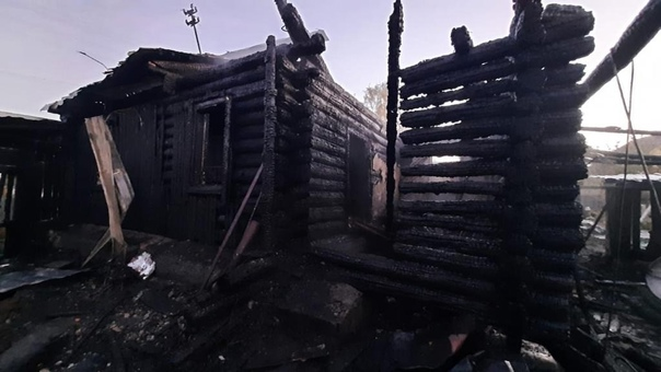 На Урале во время пожара в частном доме погибли дв...