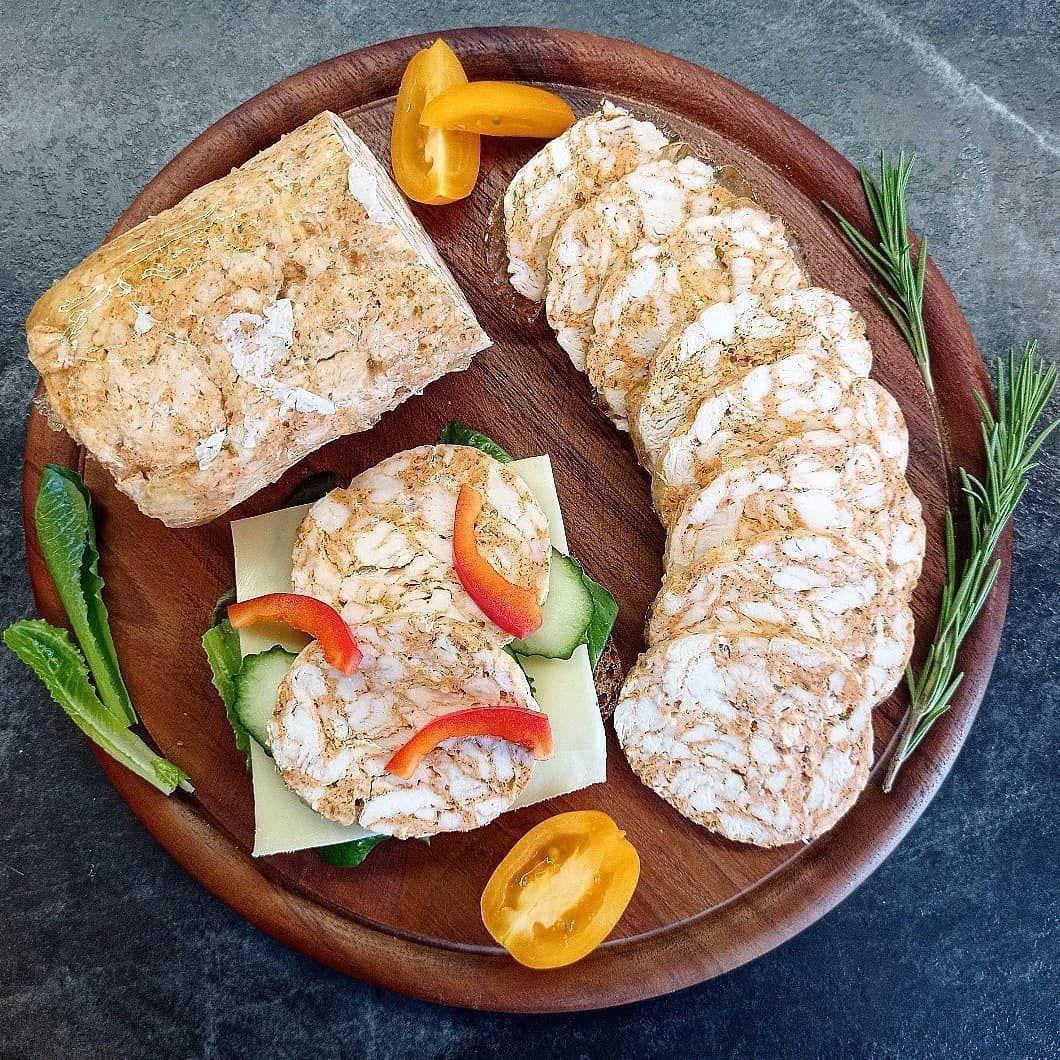 Мраморный куриный рулет на бутерброды.