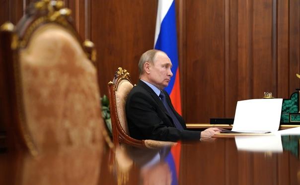 Путин поручил предоставить вакцинированным сотрудн...